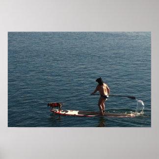 El practicar surf con el perrito póster