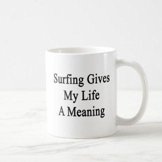 El practicar surf da a mi vida un significado taza