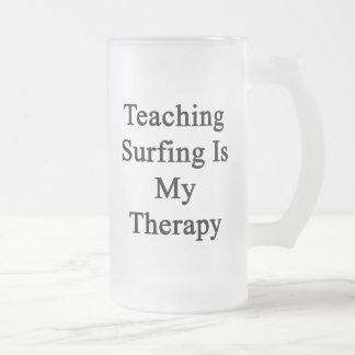 El practicar surf de enseñanza es mi terapia tazas
