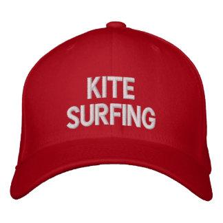 El practicar surf de la cometa gorro bordado