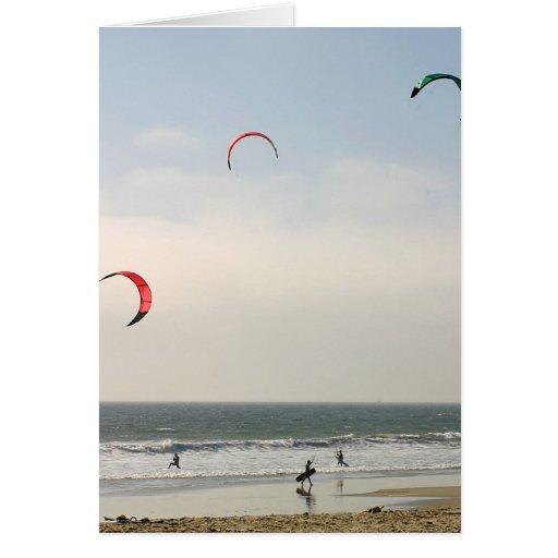 El practicar surf de la cometa tarjeta de felicitación