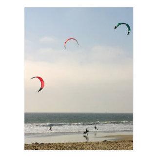 El practicar surf de la cometa postal