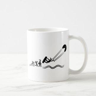 El practicar surf de la cometa tazas de café