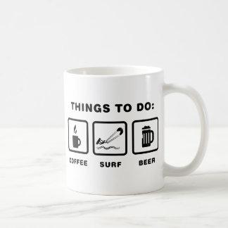 El practicar surf de la cometa taza de café