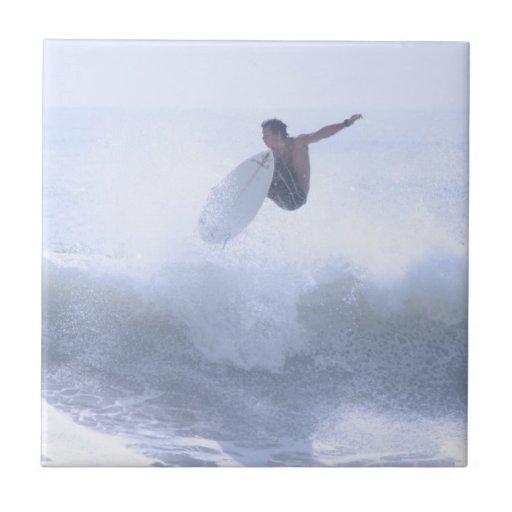 El practicar surf de la diversión azulejos ceramicos