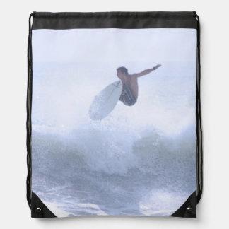 El practicar surf de la diversión mochilas