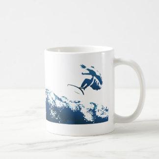 El practicar surf de la estela taza clásica