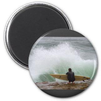 El practicar surf de la persona que practica surf imán redondo 5 cm