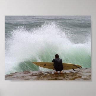 El practicar surf de la persona que practica surf póster