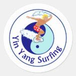 el practicar surf de yang del yin pegatina redonda