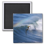 El practicar surf debajo de un imán del arco iris