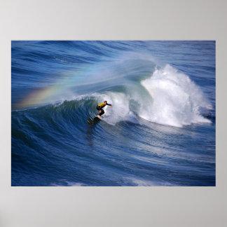 El practicar surf debajo de una impresión del arco impresiones