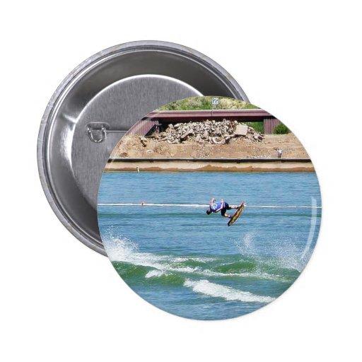 El practicar surf del agua del embarque pin