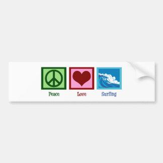 El practicar surf del amor de la paz etiqueta de parachoque