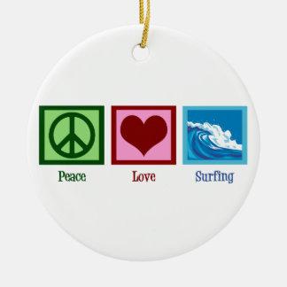 El practicar surf del amor de la paz adorno redondo de cerámica