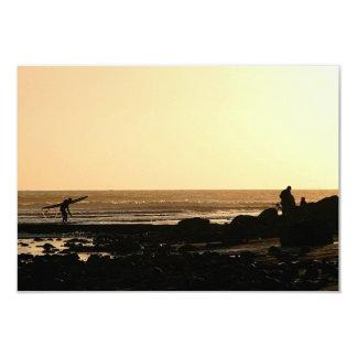 El practicar surf del final de los días invitación 8,9 x 12,7 cm