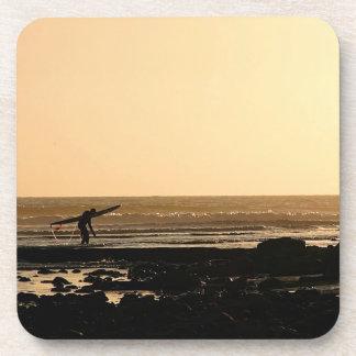 El practicar surf del final de los días posavasos de bebida