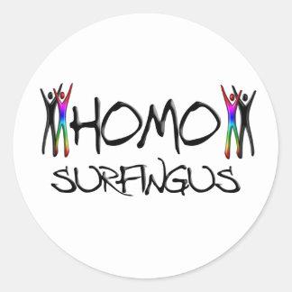 El practicar surf del homo pegatina redonda