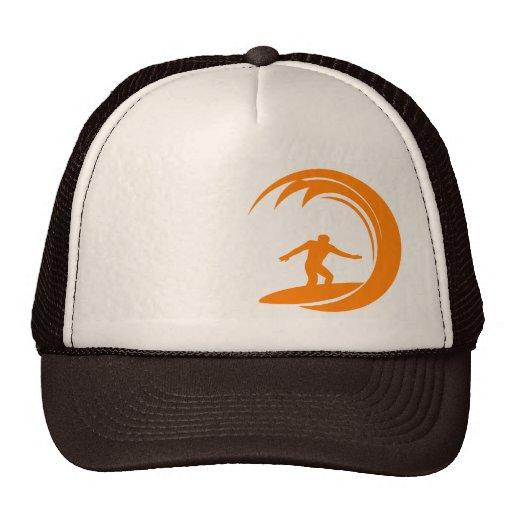 El practicar surf del naranja y blanco gorras