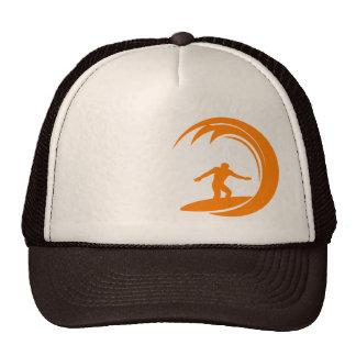 El practicar surf del naranja y blanco gorros