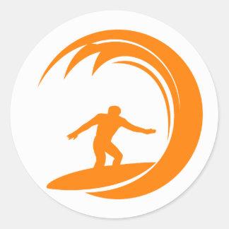 El practicar surf del naranja y blanco etiquetas redondas