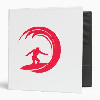 El practicar surf del rojo del escarlata