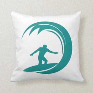 El practicar surf del verde del trullo almohada