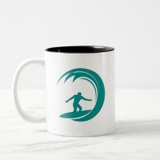 El practicar surf del verde del trullo taza de café de dos colores