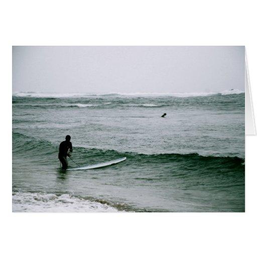 El practicar surf en la orilla del norte tarjeta de felicitación