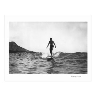 El practicar surf en la persona que practica surf tarjeta postal