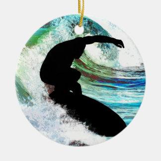 El practicar surf en onda que se encrespa adorno navideño redondo de cerámica