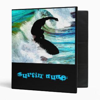 El practicar surf en onda que se encrespa