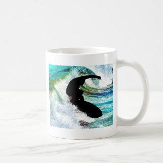 El practicar surf en onda que se encrespa taza clásica