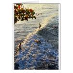 El practicar surf en paraíso tarjeta
