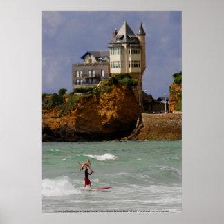 El practicar surf en tándem en Biarritz, Francia Póster