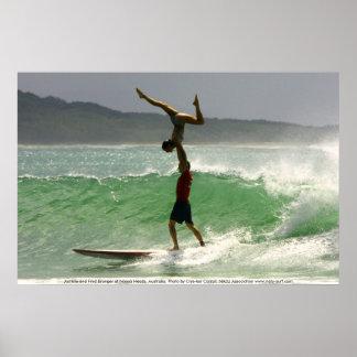 El practicar surf en tándem en Noosa Póster