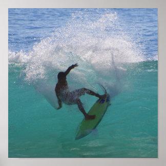 el practicar surf en una onda grande póster