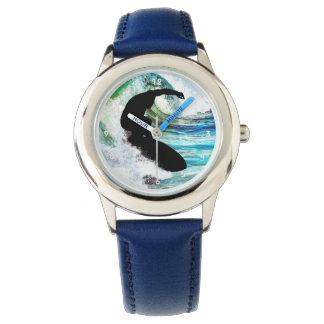 El practicar surf en una onda que se encrespa relojes de pulsera