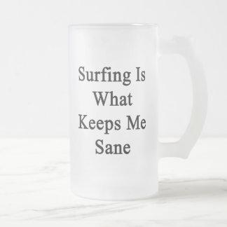 El practicar surf es qué me mantiene sano taza de café