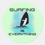 El practicar surf es todo las camisetas y los etiquetas redondas