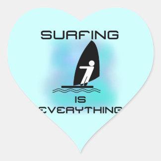 El practicar surf es todo las camisetas y los pegatina en forma de corazón