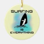 El practicar surf es todo las camisetas y los rega adornos de navidad