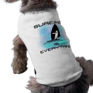 El practicar surf es todo las camisetas y los rega camisa de mascota