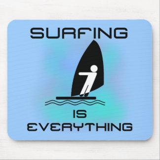 El practicar surf es todo las camisetas y los rega tapetes de ratones