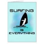 El practicar surf es todo las camisetas y los rega tarjeta