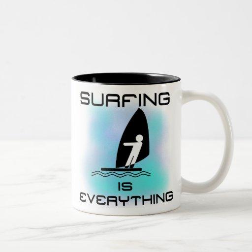 El practicar surf es todo las camisetas y los rega tazas de café