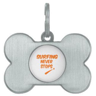 El practicar surf nunca para placas mascota