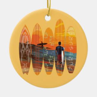 El practicar surf puro adorno navideño redondo de cerámica