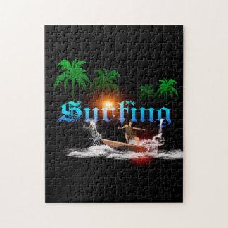 El practicar surf, surfboarder con la palma puzzle con fotos
