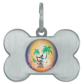 El practicar surf, surfboarder con la palma y placa de nombre de mascota
